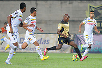 ITAGÜÍ -COLOMBIA-12-03-2014. Tresor Moreno (C Der) jugador de Itaguí trata de anotar gol durante partido contra Alianza Petrolera por la fecha 10 de la Liga Postobon I 2014 jugado en el estadio Metropolitano de Itaguí./ Tresor Moreno (C R) player of Itagui tries to score against Alianza Petrolera during match valid for the 10th date of the Postobon League I 2014 played at Metropolitano stadium in Itaguí city.  Photo: VizzorImage/Luis Ríos/STR