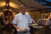 """Europe/France/Aquitaine/64/Pyrénées-Atlantiques/ Ahetze:  Christian Duplaissy restaurant """"La Ferme Ostalapia"""" service en terrasse lors d""""une soirée d'été"""