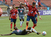 MEDELLÍN - COLOMBIA, 04-05-2018: Leonardo Castro (Der) jugador del Medellín disputa el balón con Danilo Arboleda (Izq) de America de Cali durante el partido entre Deportivo Independiente Medellín y America de Cali por la fecha 14 de la Liga Águila I 2018 jugado en el estadio Atanasio Girardot de la ciudad de Medellín. / Leonardo Castro (R) player of Medellin vies for the ball with Danilo Arboleda (L) player of America de Cali during match between Deportivo Independiente Medellin and America de Cali for the date 14 of the Aguila League I 2018 played at Atanasio Girardot stadium in Medellin city. Photo: VizzorImage / León Monsalve / Cont