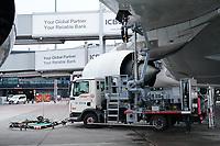 Tankfahrzeug am A380 von Singapore Airlines auf dem Frankfurter Flughafen - Frankfurt 23.10.2019: Schüler machen Zeitung bei Singapore Airlines