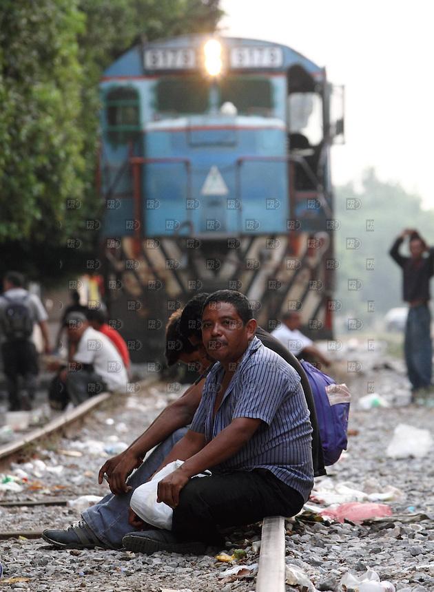 """OAX10515.  Migrantes centroamericanos llegaron en el tren bautizado como """"La Bestia"""" al Albergue Hermanos en el Camino, también conocida como la Casa del Migrante en Ixtepec, Oaxaca. El tren llego con 800 migrantes después de estar varios descompuesto en el poblado de Arriaga. NOTIMEX/FOTO/ALEJANDRO MELÉNDEZ/AMO/POL/"""