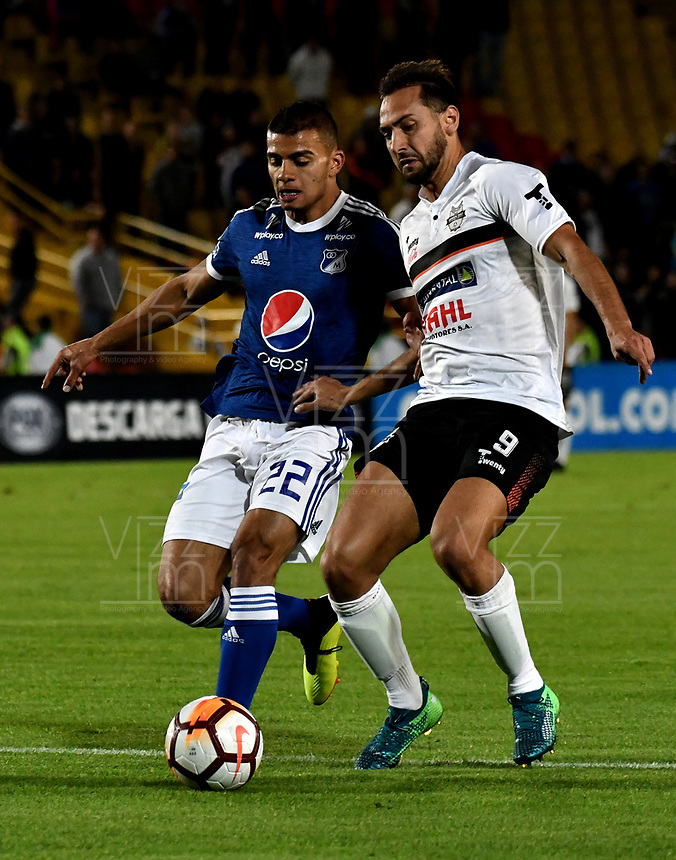 BOGOTÁ - COLOMBIA, 15-08-2018: Jhon Duque (Izq.) jugador de Millonarios (COL), disputa el balón con Julio Santa Cruz (Der.) jugador de General Díaz (PAR), durante partido de vuelta entre Millonarios (COL) y General Díaz (PAR), de la segunda fase por la Copa Conmebol Sudamericana 2018, en el estadio Nemesio Camacho El Campin, de la ciudad de Bogotá. / Jhon Duque (L) player of Millonarios (COL), fights for the ball with Julio Santa Cruz (R) player of General Diaz (PAR), during a match of the second leg between Millonarios (COL) and General Diaz (PAR), of the second phase for the Conmebol Sudamericana Cup 2018 in the Nemesio Camacho El Campin stadium in Bogota city. VizzorImage / Luis Ramirez / Staff.