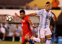 NEW JERSEY - UNITED STATES, 26-06-2016: Erik Lamela (Der) jugador de Argentina (ARG) disputa el balón con Mauricio Isla (Izq) jugador de Chile (CHI) durante partido por la final de la Copa América Centenario USA 2016 jugado en el estadio Metlife en New Jersey, NJ, USA. /  Erik Lamela (R) player of Argentina (ARG) fights the ball with Mauricio Isla (L) player of Chile (CHI) during match for the final of the Copa América Centenario USA 2016 played at Metlife stadium in New Jersey, NJ, USA. Photo: VizzorImage/ Luis Alvarez /Str