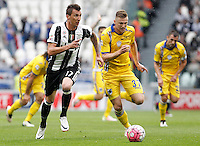 Calcio, Serie A: Juventus vs Sampdoria. Torino, Juventus Stadium, 14 maggio 2016. <br /> Juventus' Mario Mandzukic, left, and Sampdoria's Milan Skriniar run for the ball during the Italian Serie A football match between Juventus and Sampdoria at Turin's Juventus Stadium, 14 May 2016.<br /> UPDATE IMAGES PRESS/Isabella Bonotto