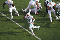quarterback Ryan Fitzpatrick (14) of the Miami Dolphins läuft mit dem Ball - 08.12.2019: New York Jets vs. Miami Dolphins, MetLife Stadium New York