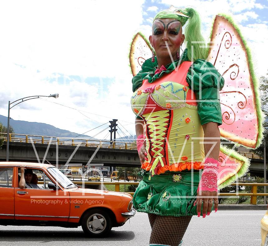 MEDELLIN -COLOMBIA. 03-07-2016: Cientos de personas participaron en la Marcha LGBTI 2016 realizada por las calles del centro de Medellín, Colombia, hoy 03 de julio de 2016./ Hundred of people gathered to participate in the Gay Pride Parade 2016 on July 03, 2016 that be held by the main streets of the downtown of Medellin, Colombia. Photo: VizzorImage/ León Monsalve /Str