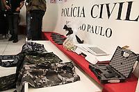 SÃO PAULO,SP,08.05.2015 - CRIME-SP - Armamento encontrado com vendedor Pedro Paulo de Oliveira 47 anos, quando foi preso na tarde de quinta-feira,07 em Indaiatuba região de Campinas e apresentado no DEIC na região norte da cidade de São Paulo nesta sexta-feira, 08. (Foto Marcio Ribeiro / Brazil Photo Press)