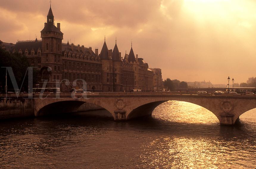 AJ0763, Paris, France, Europe, Seine River, A scenic view of Paris along the Seine River at sunset.