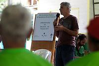 O antropólogo do MPF Marco Paulo conversa com lideranças comunitárias na vila São João Batista, no igarapé do Macaco, local do III Encontrão.<br /> <br /> Com a criação da Convenção sobre Diversidade Biológica - CDB -  tratado da Organização das Nações Unidas,  e a ratificação do protocolo de Nagoia em  2010,   se inicia um processo de organização para os  Povos e Comunidades Tradicionais em  busca de maior  qualidade de vida não apenas na Amazônia, mas em todo  mundo. <br /> <br /> Assim, em dezembro de 2013 a Rede Grupo de Trabalho Amazônico – GTA, em parceria com a Regional GTA/Amapá, o Conselho Comunitário do Bailique, Colônia de Pescadores Z-5, IEF, CGEN/DPG/SBF/MMA, juntamente com 36 comunidades do Arquipélago do Bailique, inicia o processo de criação do primeiro protocolo comunitário na Amazônia, instrumento que regula relações comerciais amparado por leis ambientais, estabelecendo o mercado justo, proteção da biodversidade,  entre outros . <br /> <br /> Desta forma, após dezenas de encontros, debates e oficinas,  as Comunidades Tradicionais do Bailique, articuladas pelo GTA,  se reuniram durante os dias 26, 27 e 28 de fevereiro, onde os moradores, em assembléia geral ordinária, definiram sua personalidade jurídica   criando uma associação para atuação comercial, votando seu estatuto e estabelecendo os diversos grupos de trabalho necessários para a gestão do Protocolo Comunitário.<br /> <br /> O encontro na comunidade São João Batista no furo do macaco(igarapé que dá acesso a vila), foz do Amazonas, recebeu cerca de 100 lideranças de 28 comunidades  nestes dias , que chegavam de barcos e canoas acompanhados por suas famílias<br /> <br /> Durante o debate,  representantes  do Ministério do Meio Ambiente, Ministério Público Federal, Fundação Getúlio Vargas, Embrapa e Conab esclareciam dúvidas e indicavam caminhos para fortalecer o primeiro protocolo comunitário na Amazônia.<br /> Arquipélago do Bailique, Vila São João Batista, Macapá, Amapá, Brasil.<br /> Foto 