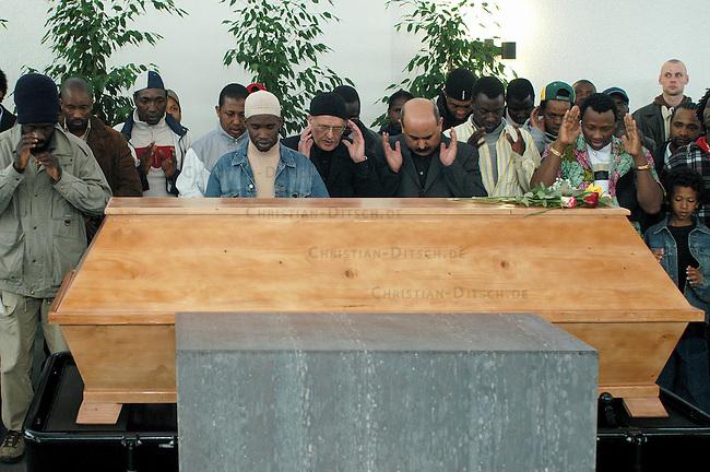 Trauerfeier fuer Oury Jalloh in Dessau<br /> Am 7. Januar 2005 verbrannte in einer Dessauer Polizeiwache unter ungeklaerten Umstaenden der Fluechtling Oury Jalloh. Der 21jaehrige Mann aus Sierra Leone soll sich laut Polizeiangaben im gefesselten Zustand mit einem Feuerzeug selber entzuendet haben.<br /> Hier: Fluechtlinge beim islamischen Totengebet in der Trauerhalle des Dessauer Zentralfriedhof.<br /> 26.3.2005, Dessau<br /> Copyright: Christian-Ditsch.de<br /> [Inhaltsveraendernde Manipulation des Fotos nur nach ausdruecklicher Genehmigung des Fotografen. Vereinbarungen ueber Abtretung von Persoenlichkeitsrechten/Model Release der abgebildeten Person/Personen liegen nicht vor. NO MODEL RELEASE! Nur fuer Redaktionelle Zwecke. Don't publish without copyright Christian-Ditsch.de, Veroeffentlichung nur mit Fotografennennung, sowie gegen Honorar, MwSt. und Beleg. Konto: I N G - D i B a, IBAN DE58500105175400192269, BIC INGDDEFFXXX, Kontakt: post@christian-ditsch.de<br /> Bei der Bearbeitung der Dateiinformationen darf die Urheberkennzeichnung in den EXIF- und  IPTC-Daten nicht entfernt werden, diese sind in digitalen Medien nach &sect;95c UrhG rechtlich geschuetzt. Der Urhebervermerk wird gemaess &sect;13 UrhG verlangt.]