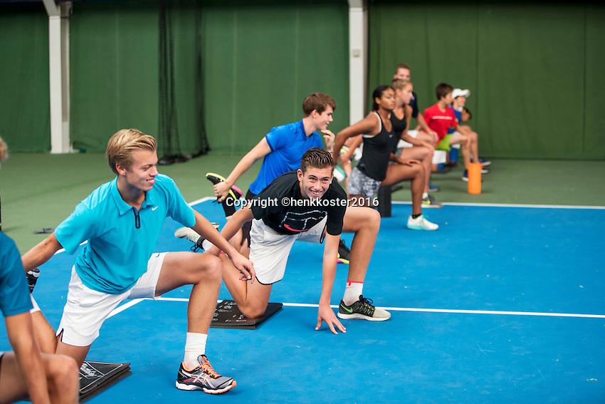 Almere, Netherlands, 24 september 2016, Kickoff Jong Oranje, warming up with fitness trainer Miguel Janssen<br /> Photo: Tennisimages.com/Henk Koster