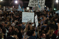 """ATENÇÃO, EDITOR: FOTO EMBARGADA PARA VEÍCULOS INTERNACIONAIS. - BUENOS AIRES, ARGENTINA, 13 SETEMBRO 2012 - Manifestantes promovem panelaço contra o governo da presidente Cristina Kirchner, na Plaza de Mayo, no centro de Buenos Aires, na noite desta quinta-feira. Os protestos foram convocados por meio de redes sociais para repudiar medidas adotadas pela Casa Rosada e, principalmente, a possibilidade de que o """"kirchnerismo"""" promova uma reforma constitucional no Congresso para permitir um terceiro mandato consecutivo de Cristina. (FOTO: PATRICIO MURPHY / BRAZIL PHOTO PRESS"""