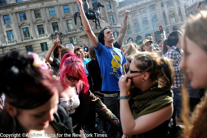 UK. London. 1st April 2009.. protesters dance outside the bank of england.©Andrew Testa for the New York times