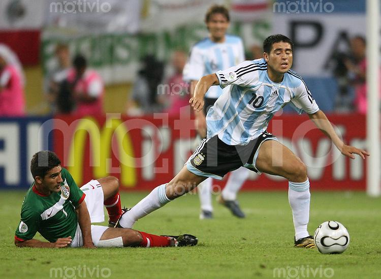 Fussball WM 2006  Achtelfinale Argentinien - Mexiko Zinha (MEX li) gegen Juan Riquelme (ARG)