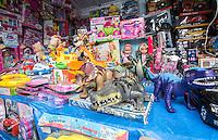 Querétaro, Qro. 4 de enero 2015. Como cada año, comerciantes de la Cruz ofrecen a los Reyes Magos infinidad de juguetes para los niños queretanos. Conforme la fecha se acerca, los horarios de venta se extienden: hoy algunos comerciantes reportaron que cerrarán después de la medianoche y que durante la víspera de día de Reyes de plano no detendrán las ventas. Foto: Alejandra L. Beltrán / Obture Press Agency