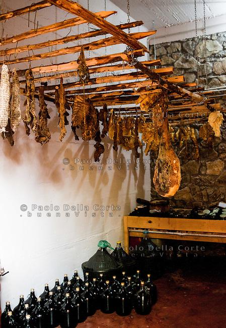 Fishtë (Albania) - Ristorante Mrizi i Zanave. La cantina con i salumi le conserva e altri prodotti preparati da Altin ed i suoi collaboratori.