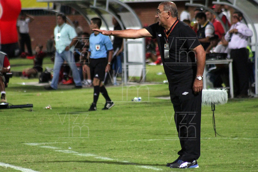 CÚCUTA -COLOMBIA, 21-08-2013.  Miguel Ángel López técnico del Junior Deportivo gesticula durante partido contra Junior válido por la fecha 5 de la Liga Postobon II disputado en el estadio General Santander de la ciudad de Cucuta./ Cucuta Deportivo coach Henry Vanegas gestures during match against Junior valid for the fifth date of the Postobon League II at the General Santander Stadium in Cucuta city. Photo: VizzorImage/Manuel Hernandez/STR