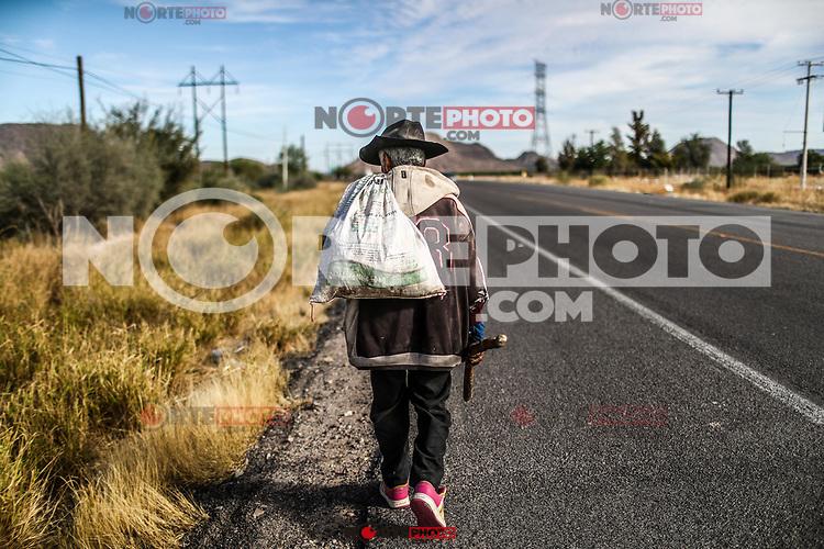 Un hombre mayor y de pobre economia que viste de sombrero y tenis, lleva con sigo un palo que utiliza como bast&oacute;n para apoyarse en el y un saco de pl&aacute;stico donde deposita los botes de aluminio y otros objetos reciclables que encuentra en su caminar por la orilla de la carretera 100 y el desierto Sonorense. A diario camina varios kil&oacute;metros partiendo de  la calle doce o poblado Miguel Aleman hacia ambos sentidos del asfalto, rumbo bah&iacute;a de kino y  Hermosillo en busca de materiales que vender o sean de su utilidad. Hermosillo, Sonora Mexico a 26 diciembre 2017.<br /> (Foto: Luis Gutierrez /NortePhoto.com)<br /> <br /> An older man of poor economy who wears a hat and tennis, he carries with him a stick that he uses as a cane to lean on and a plastic bag where he deposits the aluminum cans and other recyclable objects that he finds on his walk along the shore from Highway 100 and the Sonoran Desert. Every day he walks several kilometers starting from 12th street or Miguel Aleman town in both directions of the asphalt, heading to the bay of kino and Hermosillo in search of materials to sell or be of use. Hermosillo, Sonora Mexico to December 26, 2017.<br /> (Photo: Luis Gutierrez /NortePhoto.com)