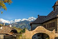 Italien, Suedtirol, bei Meran, Dorf Tirol: Schloss Thurnstein, im Hintergrund die schneebedeckten Gipfel der Sarntaler Alpen | Italy, South Tyrol, Alto Adige, near Merano, Tirolo: Castel Torre (Castle Thurnstein), at background snowcapped summits of Sarntal Alps (Alpi Sarentine)