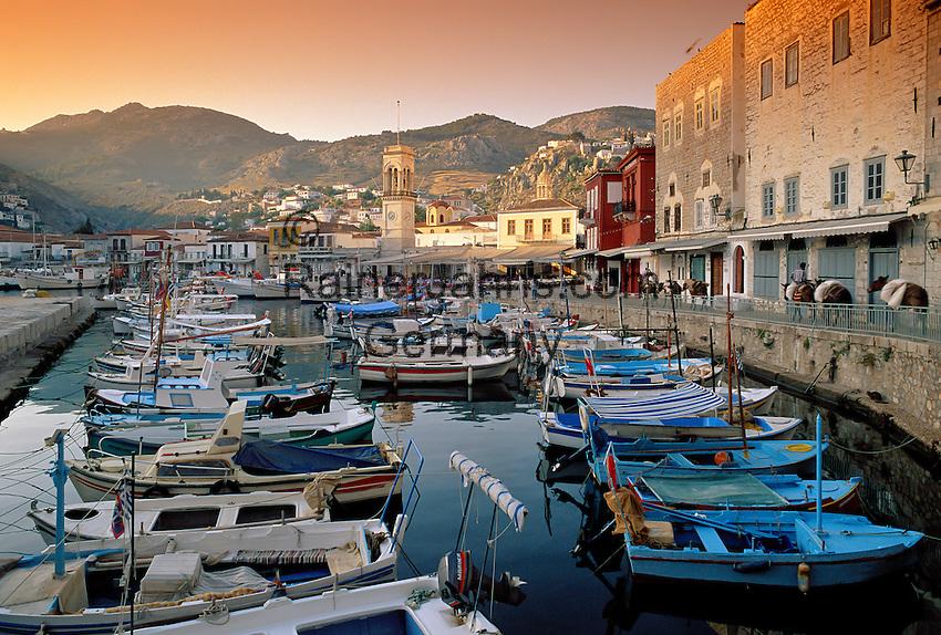 Greece, Attica, Saronic Islands, Island Hydra: Hydra Town and harbour at sunrise | Griechenland, Attika, Saronischen Inseln, Insel Hydra: Die Stadt Hydra mit Hafen bei Sonnenaufgang