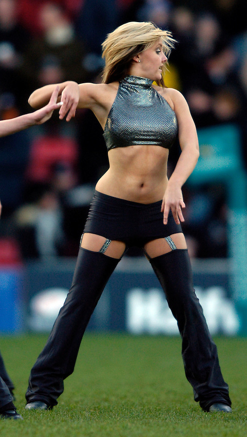 Photo: Richard Lane..Saracens v Newcastle Falcons. Powergen Cup. 19/12/2004..Saracens Starlights cheerleader.
