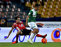 MEDELLIN - COLOMBIA -04-03-2017: Hernan Hechalar (Izq.) jugador de Deportivo Independiente Medellin disputa el balón con Fabian Sambueza (Der.) jugador de Deportivo Cali, durante entre Deportivo Independiente Medellin y Deportivo Cali, por la fecha 8 de la Liga Aguila I 2017, en el estadio Atanasio Girardot de la ciudad de Medellin. / Hernan Hechalar (L) player of Deportivo Independiente Medellin fights for the ball with Fabian Sambueza (R) player of Deportivo Cali, during a match between Deportivo Independiente Medellin and Deportivo Cali for the date 8 of the Liga Aguila I 2017 at the Atanasio Girardot stadium in Medellin city. Photo: VizzorImage  / Luis Ramirez / Staff.