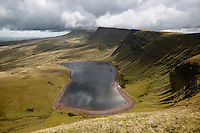 United Kingdom, Wales, Carmarthenshire, near Llanddeusant: view over Llyn y Fan Fach and Black Mountain in Brecon Beacons National Park | Grossbritannien, Wales, Carmarthenshire, bei Llanddeusant: Blick ueber Llyn y Fan Fach zum Black Mountain im Brecon Beacons National Park