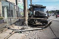 SÃO PAULO,SP,01 FEVEREIRO 2013 -  ACIDENTE CAMIHÃO - Um caminhão perdeu o freio e bateu em poste no inicio da manhã de hoje na Av.Salim Farah Maluf esquina com a Av. Vila Ema na zona leste ninguem ficou ferido.(FOTO: ALE VIANNA -BRAZIL PHOTO PRESS)