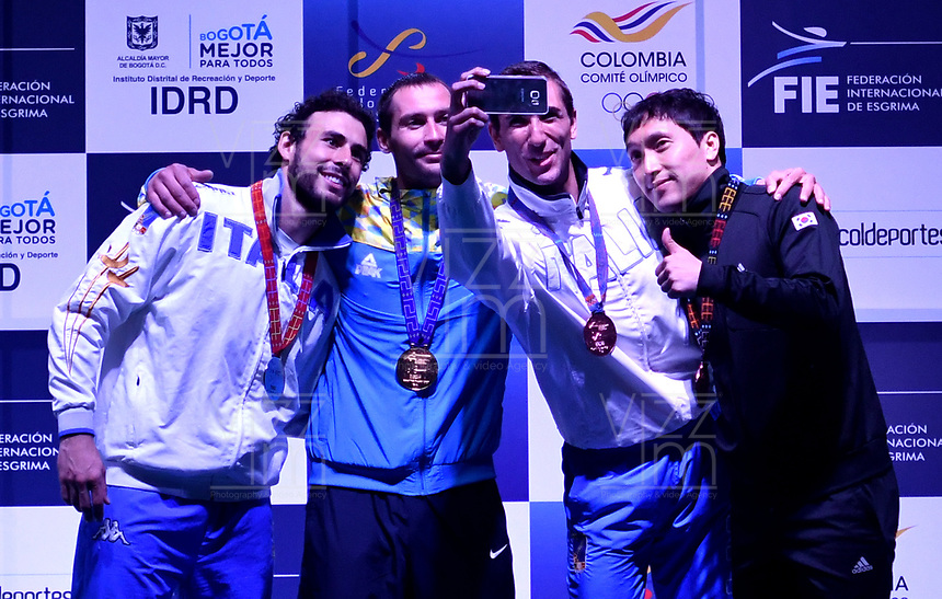 BOGOTA - COLOMBIA - 28 - 05 - 2017: Bogdam Nikishin (2 Izq.) de Ucrania Medalla de oro, Marco Fichera (Izq.) de Italia, medalla de Plata, Edoardo Munzone (2 Der.) de Italia, tercer puesto y Kyoungdoo Park (Der.) de Corea tercer puesto, durante la Final de Varones Mayores Epee del Gran Prix de Espada Bogota 2017, que se realiza en el Centro de Alto Rendimiento en Altura, del 26 al 28 de mayo del presente año en la ciudad de Bogota.  / Bogdan Nikishin (2 L) from Ukraine gold medal, Marco Fichera (L) from Italy silver medal, Edoardo Munzone (2 R) from Italy third place and Kyoungdoo Park (R) from Korea third place, during the Final Senior Men´s Epee of the Grand Prix of Espada Bogota 2017, that takes place in the Center of High Performance in Height, from the 26 to the 28 of May of the present year in The city of Bogota.  / Photo: VizzorImage / Luis Ramirez / Staff.