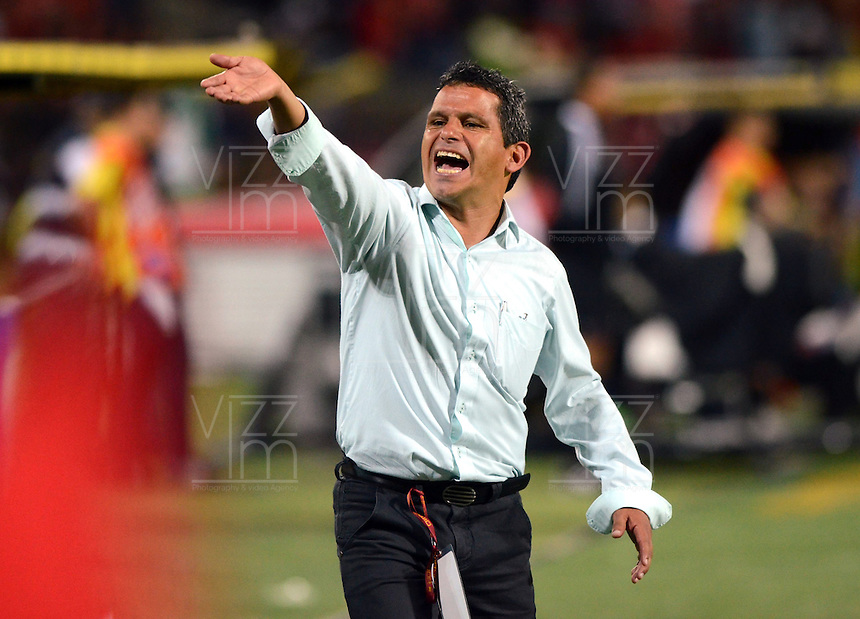 MEDELLIN -COLOMBIA-1-NOVIEMBRE-2014. Faber Lopez  director tecnico de La Equidad  durante el encuentro contra Independiente Medellin  partido de la fecha 17 de La Liga Postobon   realizado en el estadio Atanasio Girardot de Medell'n./  Faber Lopez  coach of  Equidad  instructs a player during the match against Independiente Medellin  Party dated 17 La Liga Postobon made at Atanasio Girardot stadium in Medellin..Photo: VizzorImage / Luis R'os / STR
