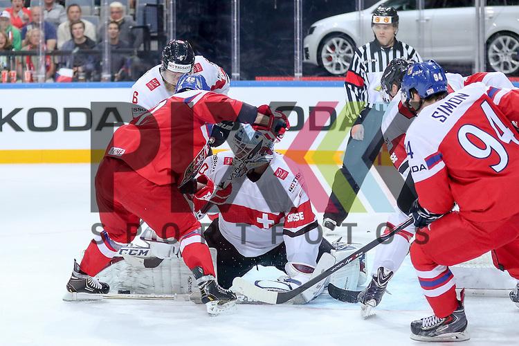 Tschechiens Koukal, Petr (Nr.42)(Jokerit Helsinki) vor Schweizs Bera, Reto (Nr.20) im Zweikampf mit Schweizs Helbling, Timo (Nr.6)  im Spiel IIHF WC15 Tschechien vs. Schweiz.<br /> <br /> Foto &copy; P-I-X.org *** Foto ist honorarpflichtig! *** Auf Anfrage in hoeherer Qualitaet/Aufloesung. Belegexemplar erbeten. Veroeffentlichung ausschliesslich fuer journalistisch-publizistische Zwecke. For editorial use only.