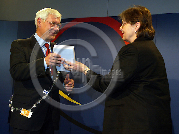 BELGIUM / BRUSSELS, 15 December 2001--Laeken EU-Summit.-- Antti Satuli and Maija LAPOLA..PHOTO:  JUHA ROININEN / EUP-IMAGES