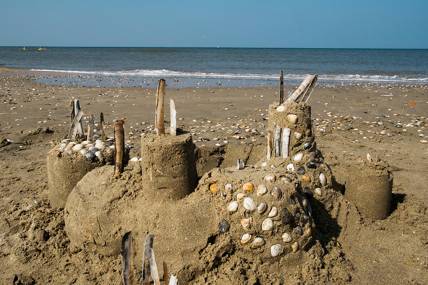 Nederland, Beverwijk, 4 sept 2014<br /> Zandkastelen van kinderen op het strand van Beverwijk. De vloed zal ze wegspoelen<br /> <br /> Foto: (c) Michiel Wijnbergh