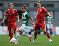 Fussball 1. Bundesliga :  Saison   2012/2013   1. Spieltag  25.08.2012 SpVgg Greuther Fuerth - FC Bayern Muenchen Bastian Schweinsteiger (re, FC Bayern Muenchen) gegen Felix Klaus (Greuther Fuerth)