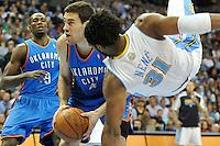 RGX123 DENVER (ESTADOS UNIDOS) 26/04/2011.- Nick Collison, los Thunder de Oklahoma City, se dispone a tirar a canasta a pesar de la falta de Nené, de los Nuggets de Denver, durante el cuarto partido de la eliminatoria de la Conferencia Oeste contra los Thunder de Oklahoma City, disputado en Denver (Estados Unidos), ayer, lunes 25 de abril de 2011. Los de Denver ganaron por 104-101. La victoria, que estuvo en peligro en los últimos segundos del partido, evitó la eliminación de los Nuggets que lograron su primer triunfo y ahora vuelven a Oklahoma City para disputar el próximo miércoles el quinto de la serie al mejor de siete que dominan los Thunder por 3-1. EFE/Rick Giase PROHIBIDO SU USO POR CORBIS.