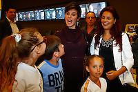 SAO PAULO, SP, 01 DE AGOSTO DE 2013. ESTREIA PEÇA LA MAMA. As  atriz Paloma Bernardi e Dani Moreno são cercadas por crianças durante a estréia da comédia La Mama, com Rosi Campos e Leonardo Miggiorin, no Teatro Nair Bello, na noite desta quinta feira, 01. FOTO ADRIANA SPACA/BRAZIL PHOTO PRESS