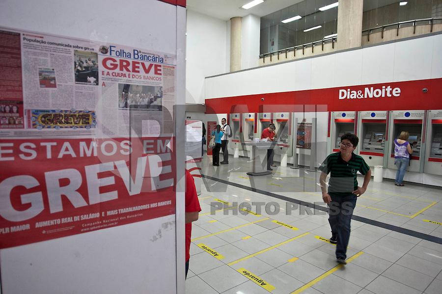 ATENCAO EDITOR IMAGEM EMBARGADA PARA VEICULOS INTERNACIONAIS  - SAO PAULO, SP , 18/09/2012 - GREVE BANCARIOS SP. - Os bancários de todo o País entraram em greve por tempo indeterminado a partir de hoje 18. As reivindicações dos trabalhadores, que pedem 10,25%, sendo 5,0% de aumento real. Além do reajuste salarial, os trabalhadores pleiteiam mudanças na participação nos lucros e resultados (PLR). Na foto agencia do bradesco na rua 15 de novembro, centro, sp<br /> FOTO VAGNER CAMPOS / BRAZIL PHOTO PRESS