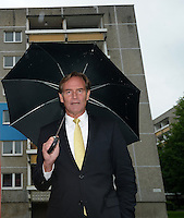 Enthüllung Gedenkstein mit Tafel zur Gründung der SPD vor 150 Jahren in Leipzig - im Bild:  Burkhard Jung (Oberbürgermeister Leipzig, SPD) mit Regenschirm im Regen vor Plattenbau und SPD Pavillon. Foto: Norman Rembarz