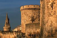 France/17/Charente Maritime/La Rochelle: Le vieux port et les tours - Tour de la Chaîne, Tour de la lanterne (dite tour des Quatre sergents)