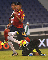 BARRANQUILLA -COLOMBIA-11-OCTUBRE-2014. Jhon Mendez (Izq)  de Uniautonoma disputa el balon con Juan Carlos Henao del Once Caldas ,  partido de la Liga  Postobon 14 fecha disputado en el estadio Metropolitano. / Jhon Mendez  (L) of Uniautonoma dispute the ball with Juan Carlos Henao of Once Caldas , match of the Liga  Postobon 14th date  round match at the Metropolitano stadium  Photo: VizzorImage / Alfonso Cervantes / Stringer