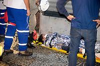 RIO DE JANEIRO, RJ, 28.04.2017 - GREVE-RJ- Manifestantes entram em confronto com a PM e colocam fogo em onibus no centro do Rio de Janeiro nesta sexta-feira, 28. (Foto: Clever Felix/Brazil Photo Press)