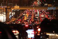 SAO PAULO, SP, 26/02/2013, TRANSITO. O paulistano enfrenta muito transito na volta para casa nessa Terça-Feira (26), a chuva que caiu na noite de hoje deixou o transito muito complicado na Radial Leste sentido do bairro. LUIZ GUARNIERI / BRAZIL PHOTO PRESS.