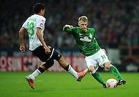 FUSSBALL   1. BUNDESLIGA    SAISON 2012/2013    8. Spieltag   SV Werder Bremen - Borussia Moenchengladbach  20.10.2012 Aaron Hunt (re, SV Werder Bremen) gegen Juan Arango (li, Borussia Moenchengladbach)