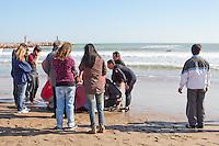 Varios surfistas intenta reanimar al náufrafo