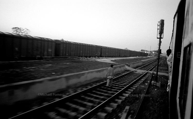 11.2003 Cuttack (Orissa)<br /> <br /> Early morning arrival in Cuttack.<br /> <br /> Arrivée tôt le matin a Cuttack.