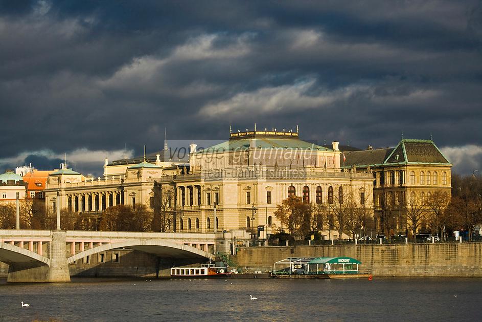 Europe/République Tchèque/Prague: le théâtre National Style Néo-Renaissance et la  Vltava