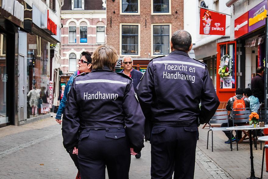 Nederland, Utrecht, 16 juni 2015 <br /> Twee handhavers surveilleren door een winkelstraat. <br /> <br /> Foto: Michiel Wijnbergh