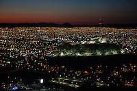 Vista panoramica de Hermosillo, Sonora Mexico y el cerro de la campana al anochecer.<br />