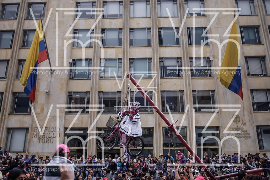 BOGOTÁ - COLOMBIA, 17-03-2018: El desfile inaugural del XVI Festival Iberoamericano de Teatro llenó las calles del centro de Bogota con comparsas nacionales los cuales sumán más de 700 artistas del teatro, a danza y la música. Este es el festival de teatro más grande del mundo y se lleva a cabo en Bogotá entre el 16 de amrzo y el 1° de abril de 2018. / The inaugural parade of the XVI Ibero-American Theater Festival filled the streets of Bogota with more of 1000 artist of the theater, dance and music. This is the world's largest theater festival and is held in Bogota between 16 of march and first of April 2018.  Photo: VizzorImage / Ivan Valencia / Cont