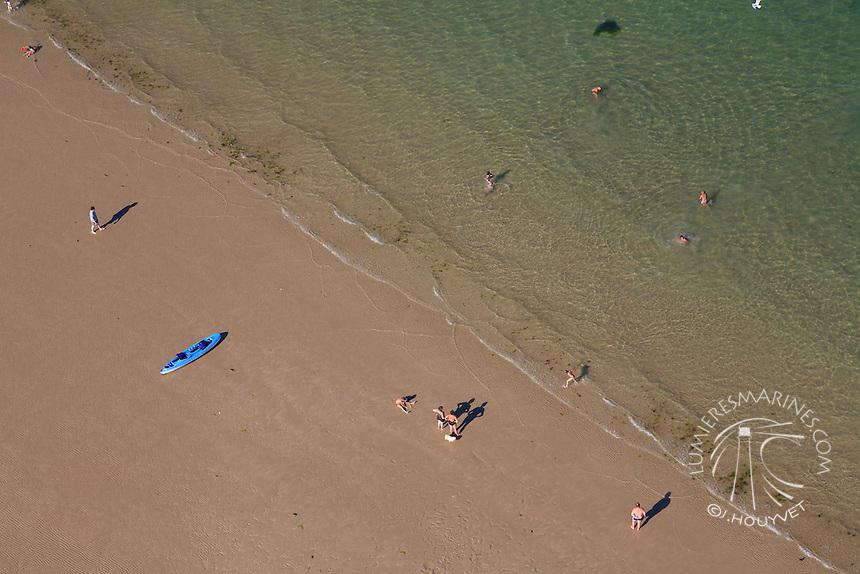France, Normandie, Manche (50), Pointe de Jonville, baigneurs (vue aérienne) // France, Normandy, Manche, Jonville, swimmers (aerial view)